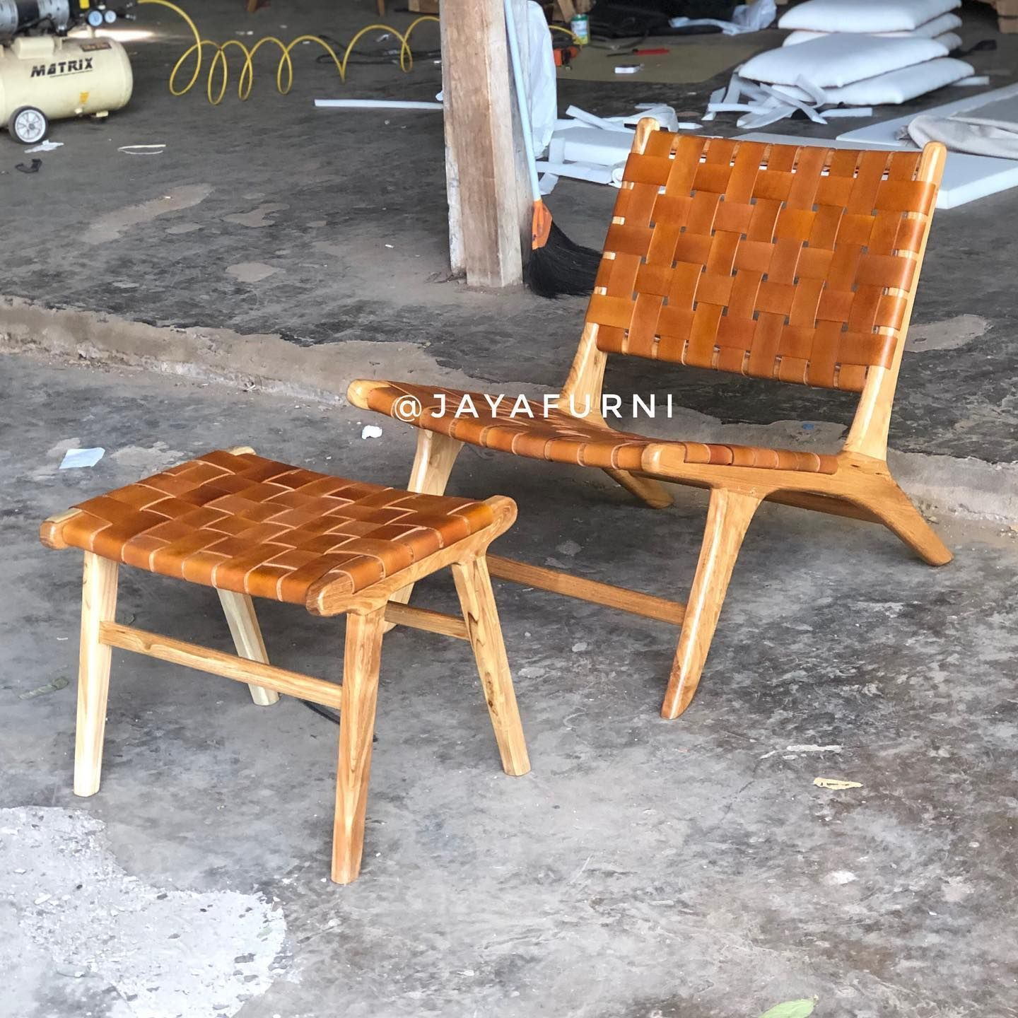 dimensi 65 x 80 x 75 (cm ) Material tek wood & kulit alami  Free custom Colour  #furnituresale #furniturecafe #marketing #meubelminimalist #furniturebali #scandinavianhome #bangkukayu #teakwood #meubelmurah #furniturebandung #furniturejakarta #furniturevintage #kursirotan #furniture #livingroom #jakartafurniture #homeliving #furnituremurah #kursicafe #furnituredesign #diningchair #homeinterior #interior #cafechair #kursisofaminimalis