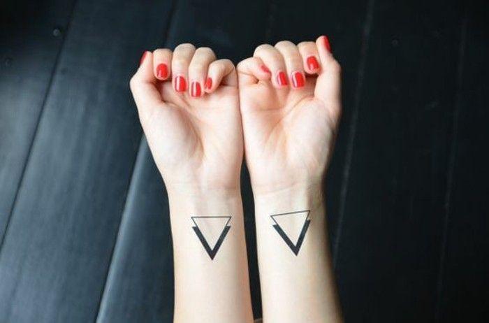 tatouage poignet femme, tatouages discrets femme, tatouage triangle  signification