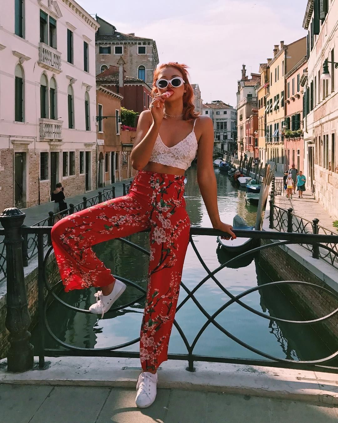 Fun red floral pants casual summer outfits
