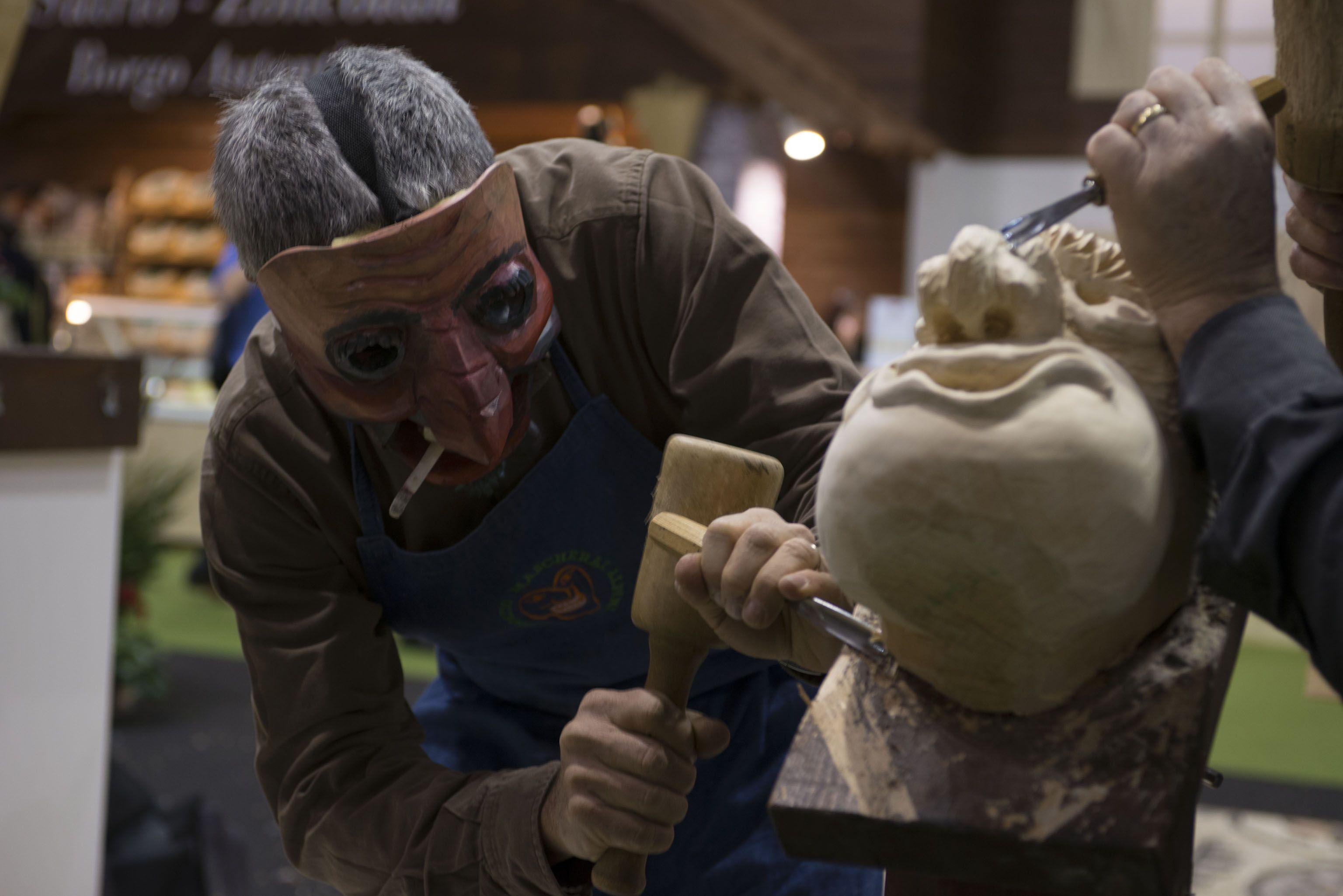 "Artigiani ""mascherati"" al lavoro #artigianoinfiera #makehandbuy ;)"