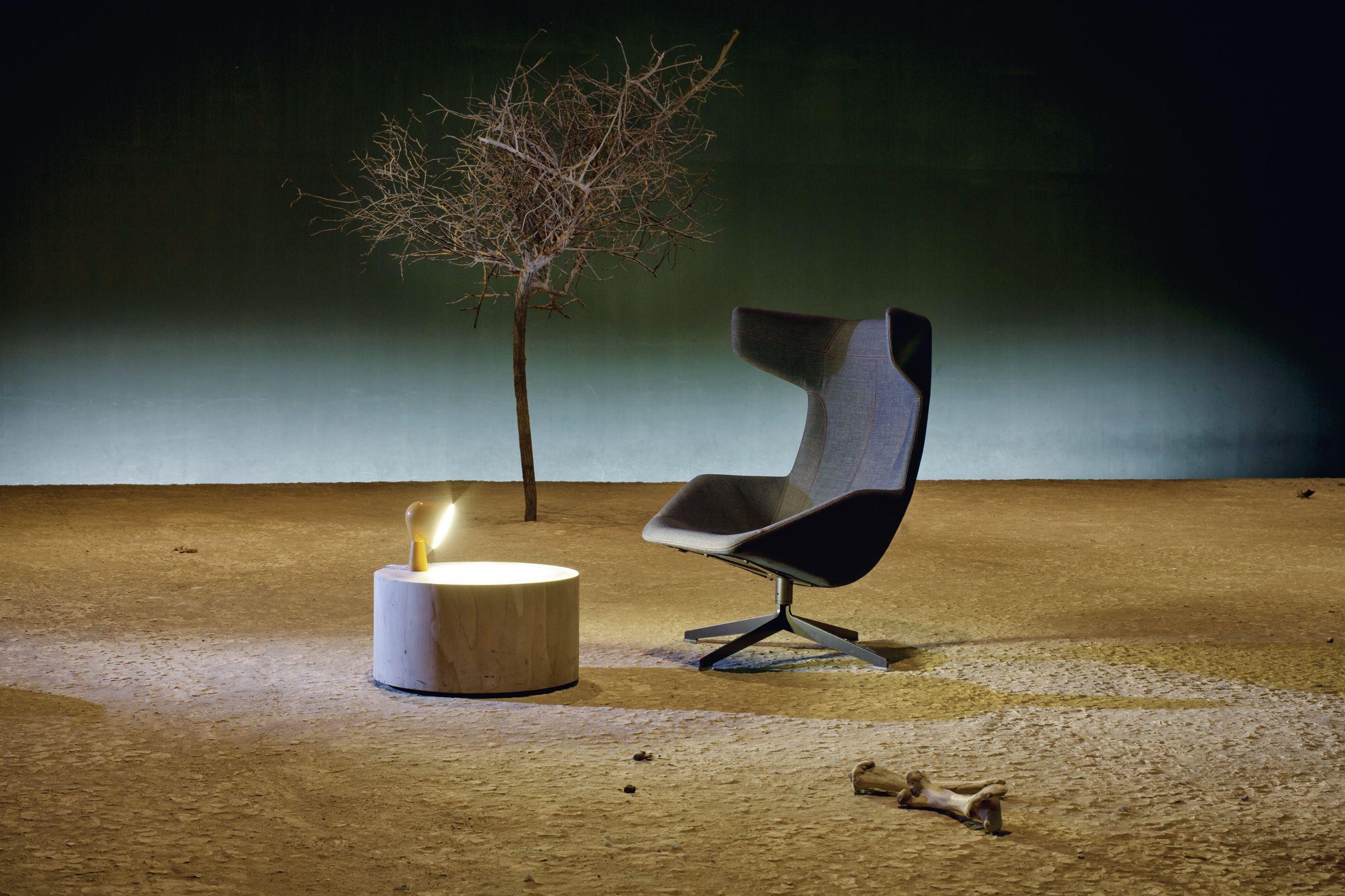 "LEUCHTE ""Binic"" von Foscarini, Design: Ionna Vautrin. TISCH ""Legno VIvo"" von Riva 1920, Design: Davide und Maurizio Riva. SESSEL "" Take a Line for a Walk"" von Moroso, Design: Alfredo Häberli."