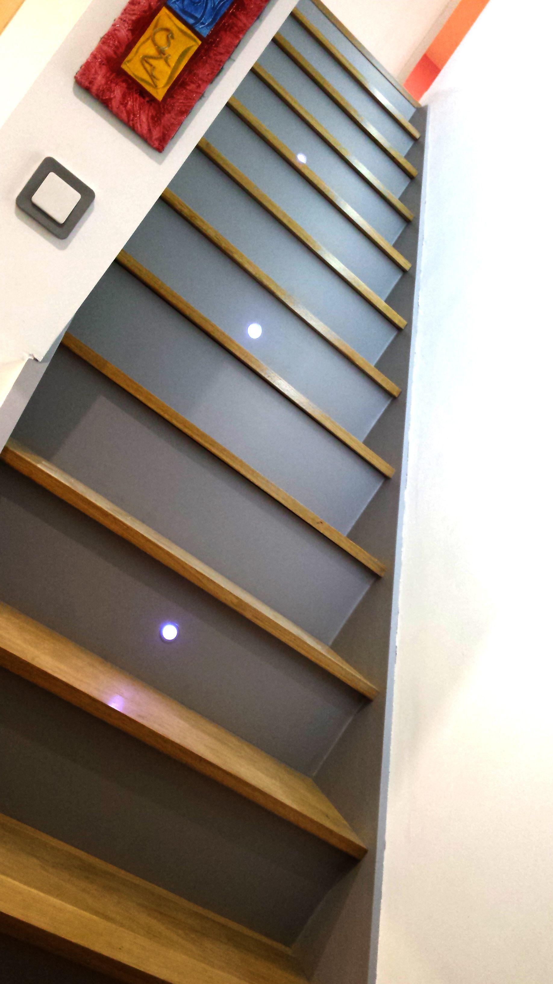 r novation d 39 un ancien escalier avec nouvelles marche en ch ne massif et clairage rgb sur les. Black Bedroom Furniture Sets. Home Design Ideas