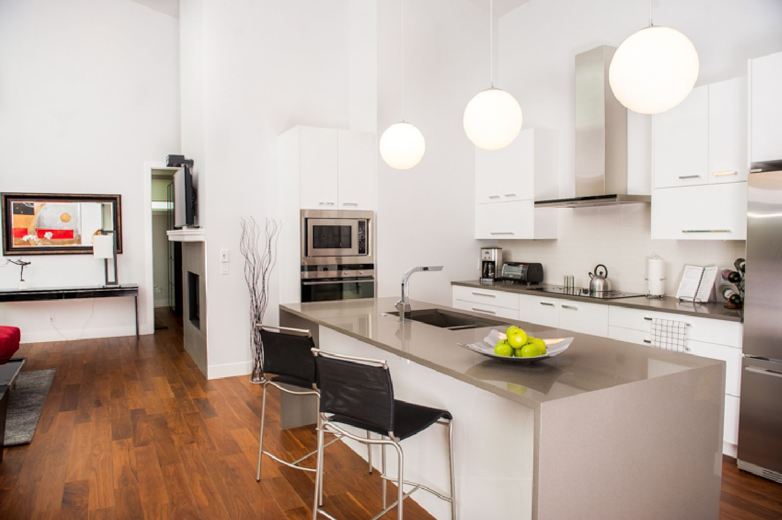 Featuring An Ideal Downtown Location This Superb Three Bedroom Suite Is Your Perfect Home Away From Ho Furnished Apartment Corporate Housing Luxury Apartments