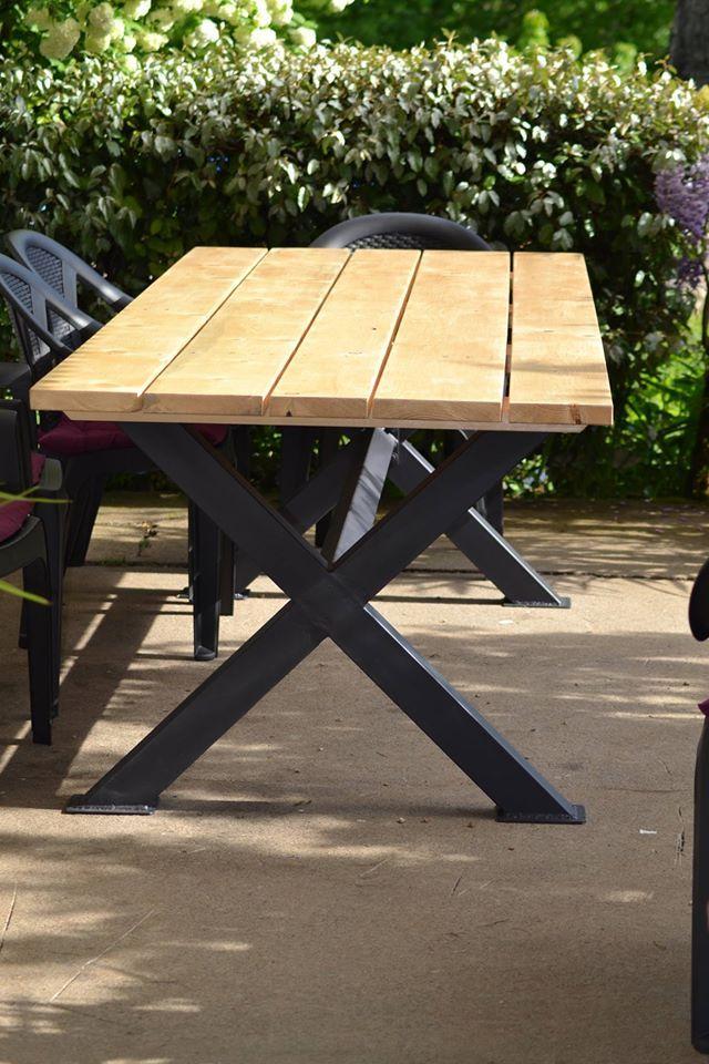 Table Exterieur En Bois En Sapin Avec Pieds En Fer De Forme X