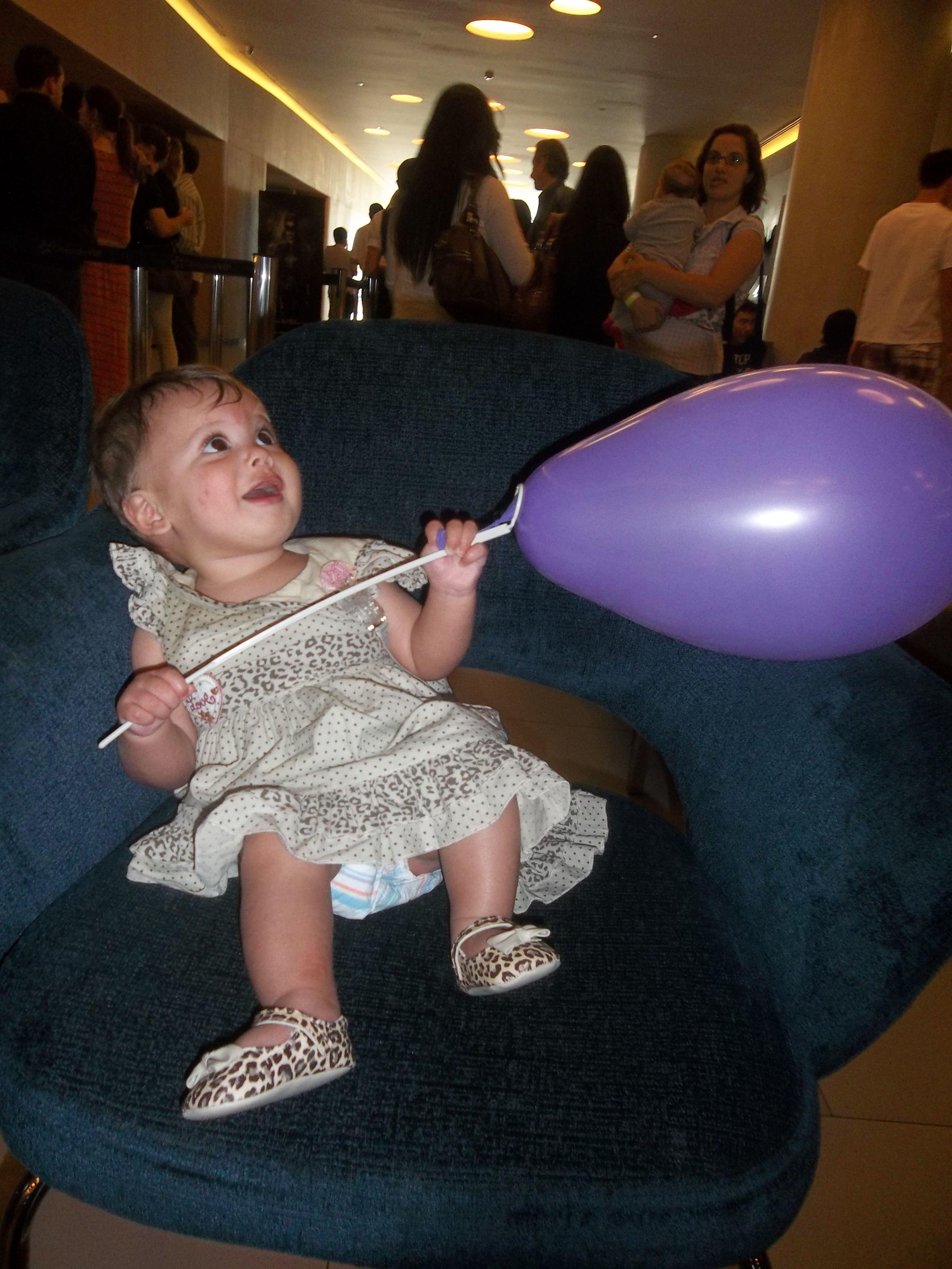 Minha pequena fascinada por balões