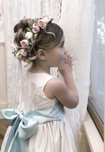 Daminhas ficam lindas com vestidinhos brancos e faixa colorida na cintura.