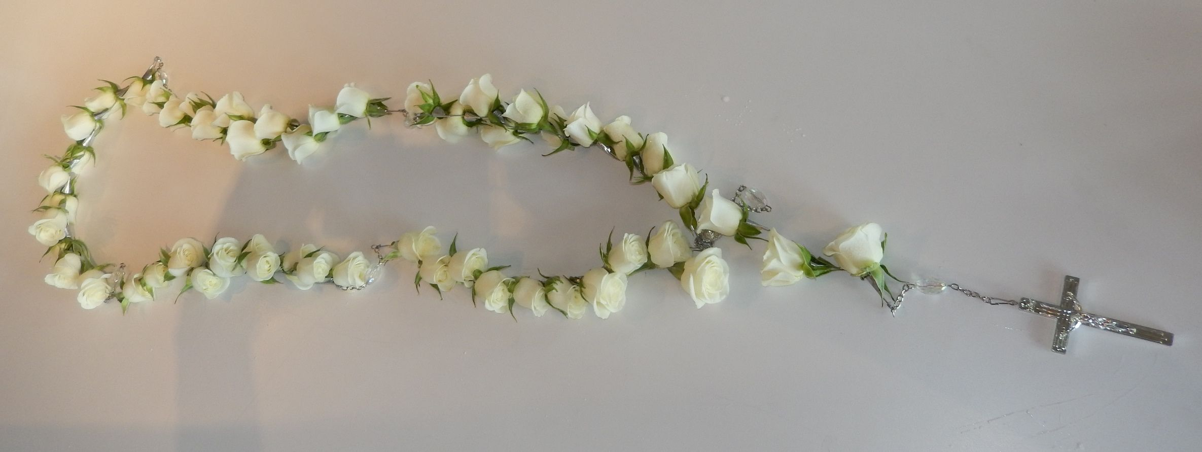 The traditional style is also very well represented at dizennio 50 white rose rosary 50 beautiful white roses are used to create an elegant rosary izmirmasajfo Image collections