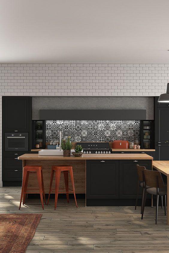 Warme combinatie van zwart en hout Cuisine noire et bois Cuisine