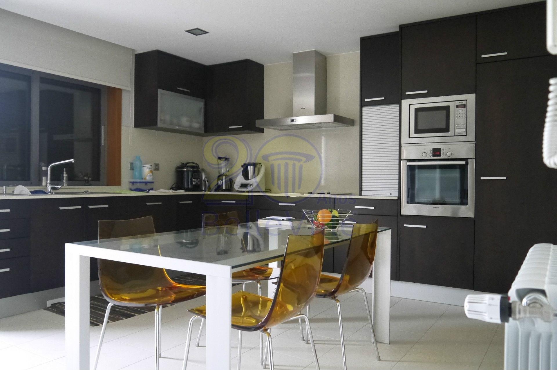Uma moradia excepcional desviada do centro da cidade mas com fáceis acessos, completamente equipada e mobilada, com áreas bastantes generosas e uma decoração recheada de bom gosto.  Uma casa ideal para uma família que pretenda uma casa que alie acolhimento, bom gosto e funcionalidade <3 Saiba mais: http://bit.ly/29UuYYd #moradia #T3 #Braga #Vilaverde #Conforto #decoração #casadesonho #familiafeliz
