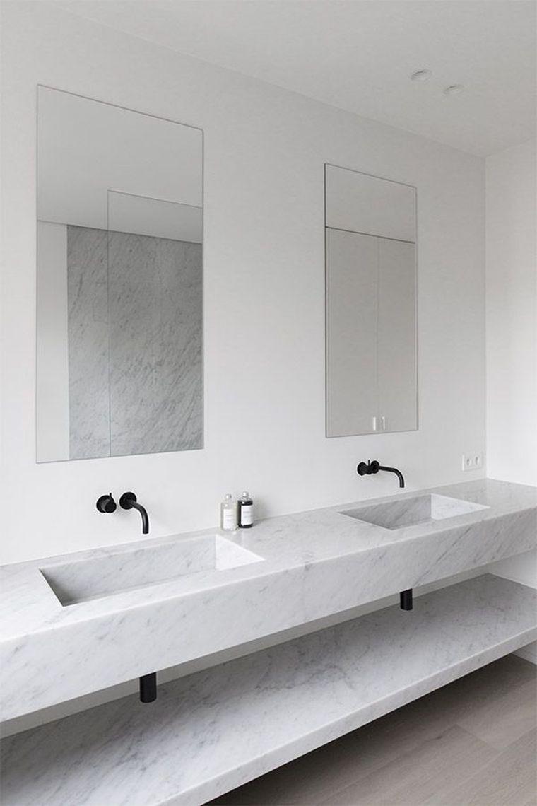 carrelage de salle de bain en marbre blanc et meuble de vasque