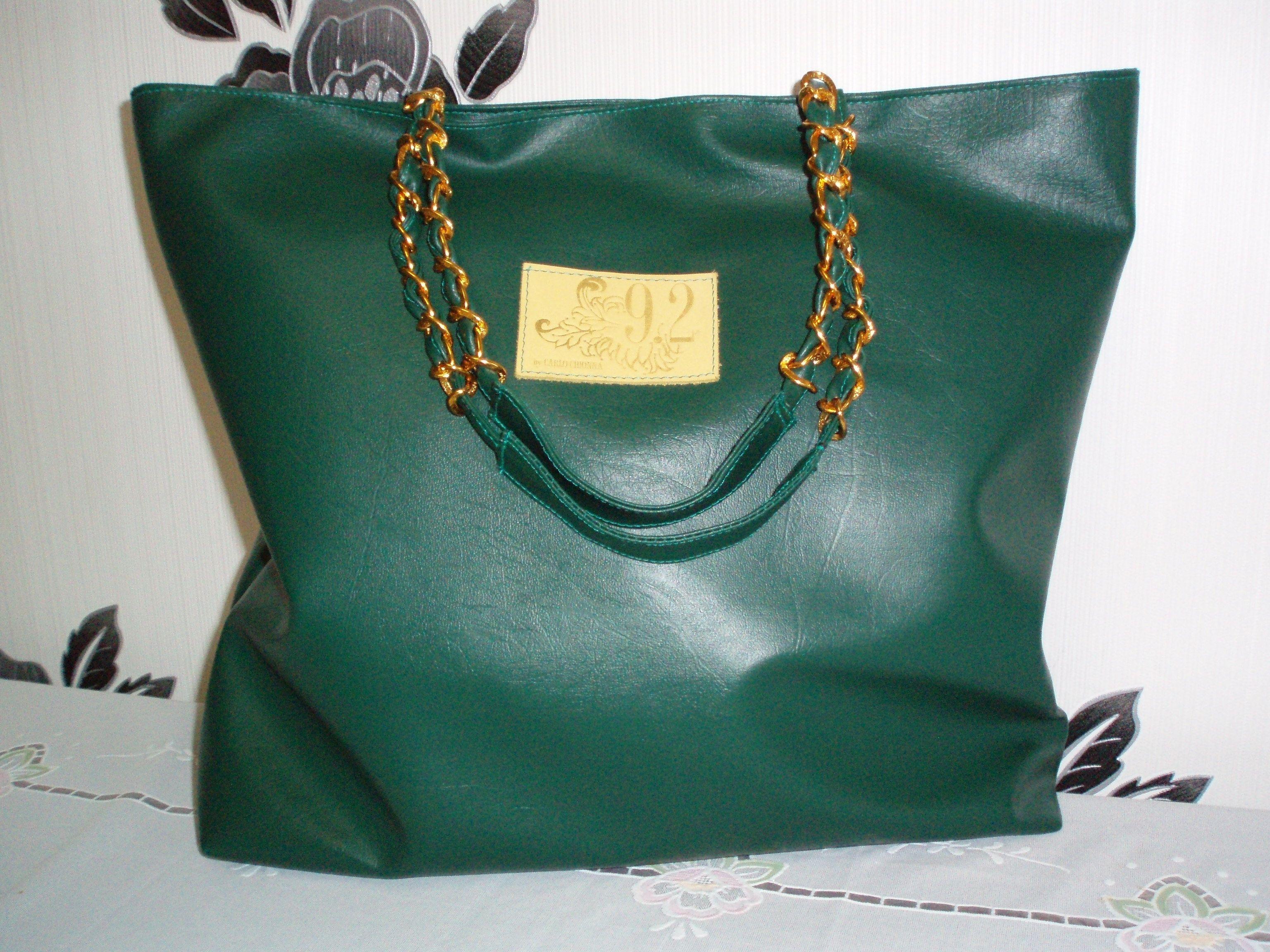 зеленая сумка с цепочками