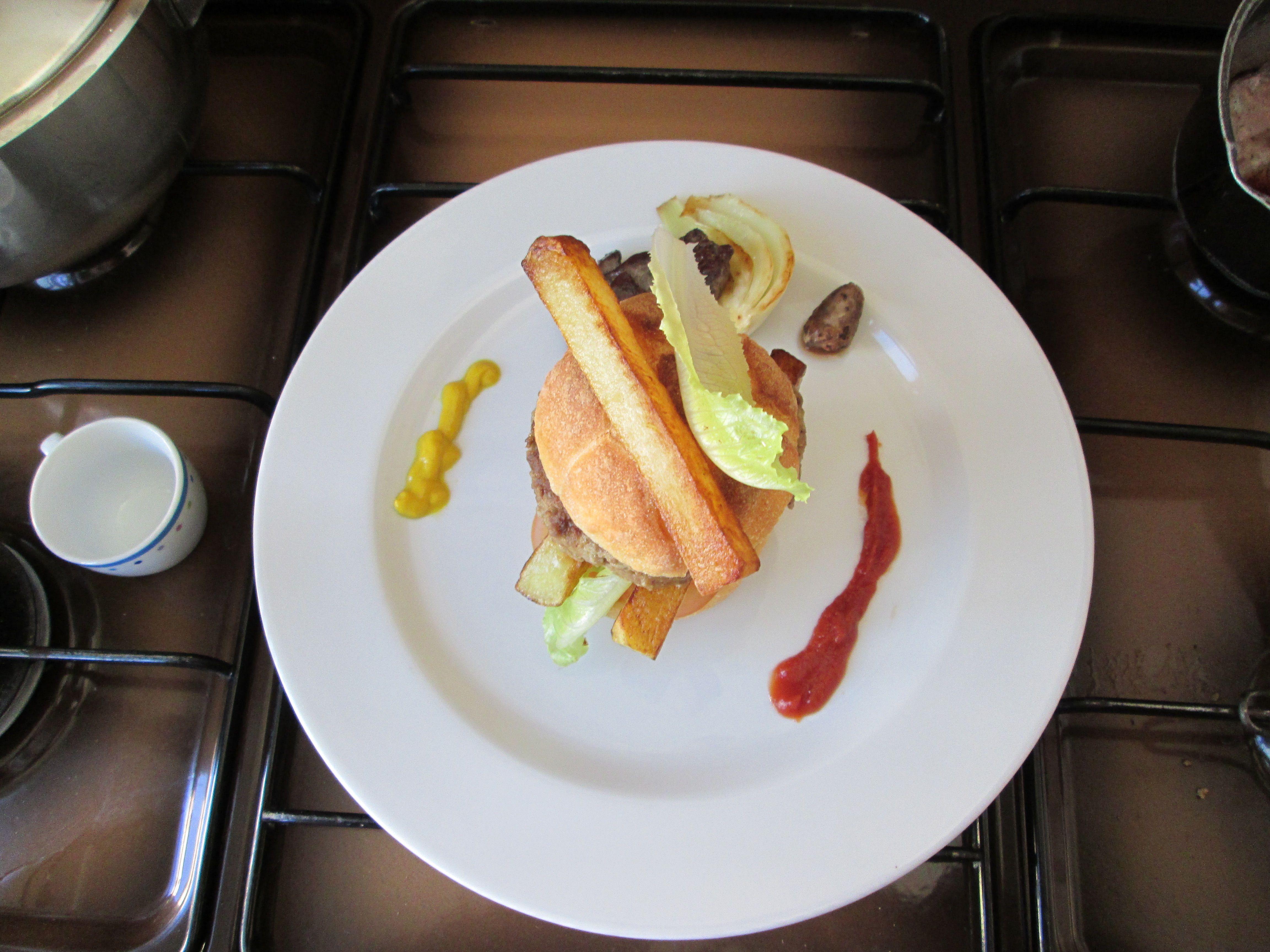 à Hamburger de  boeuf et le  foie de poulet  avec fenouil braisè   /Gino D'Aquino