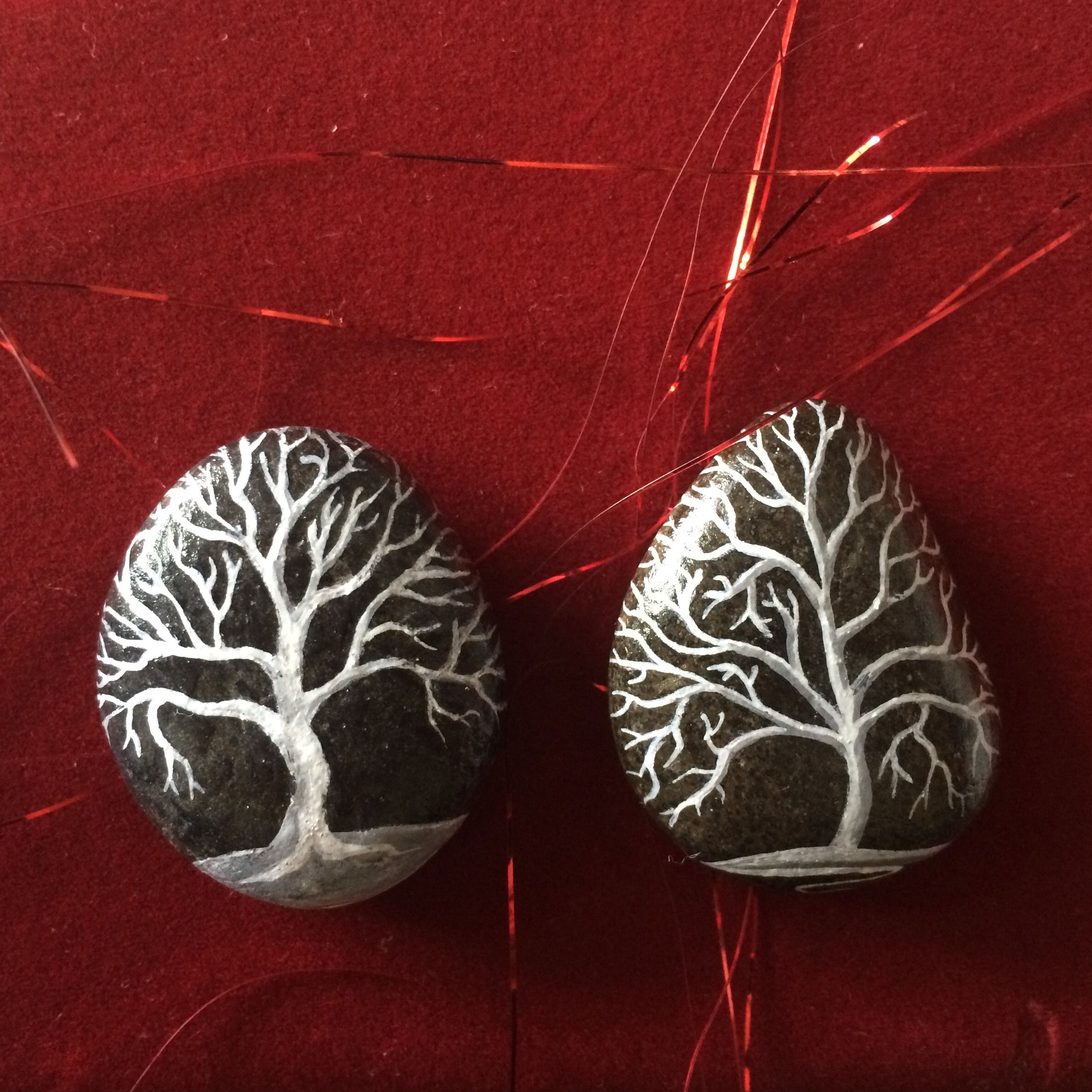 trees on rocks handpainting river pebbles by lysa mignot painted stones rock art et autres. Black Bedroom Furniture Sets. Home Design Ideas
