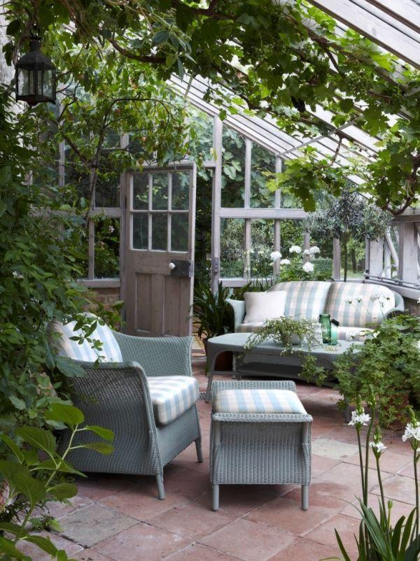 eine gem tliche sitzecke im gew chshaus eine sch ne idee f r den garten outdoor house in. Black Bedroom Furniture Sets. Home Design Ideas