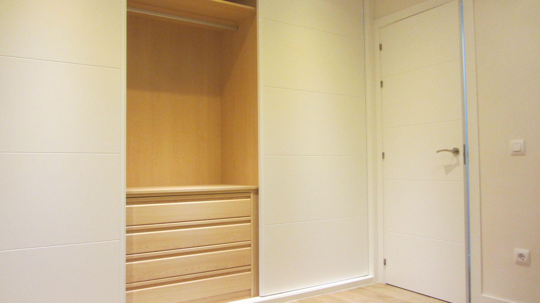 Interior de armario lacado en blanco en haya color claro. | proyecto ...
