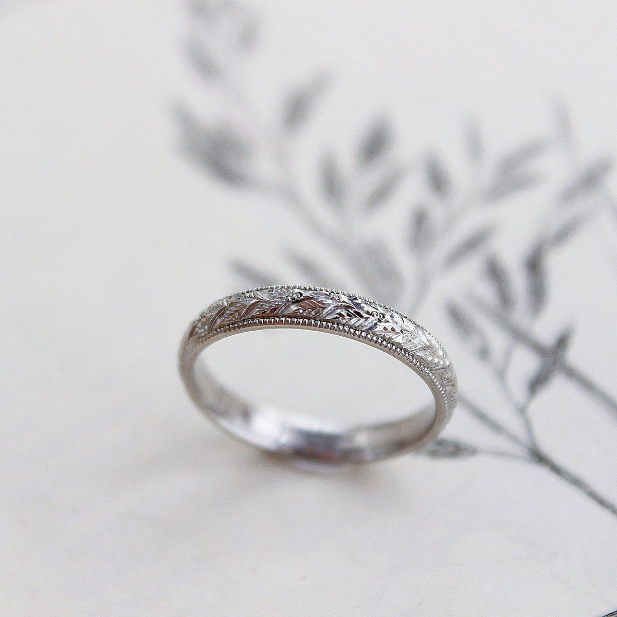 18ct white gold 3mm laurel leaf and milled edge engraved