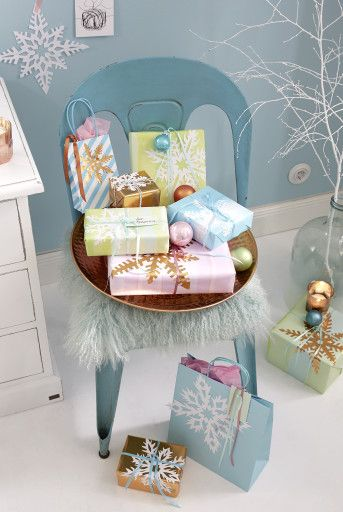 Ob Frau Holle ihr Geschenk für Väterchen Frost mit einem Eiskristall verziert, wissen wir nicht. Aber es wäre doch eine schöne Idee – die ganz leicht nachzumachen ist!