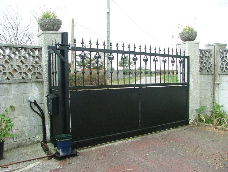 portón en negro con mecanismo http://www.tallereslobon.com/