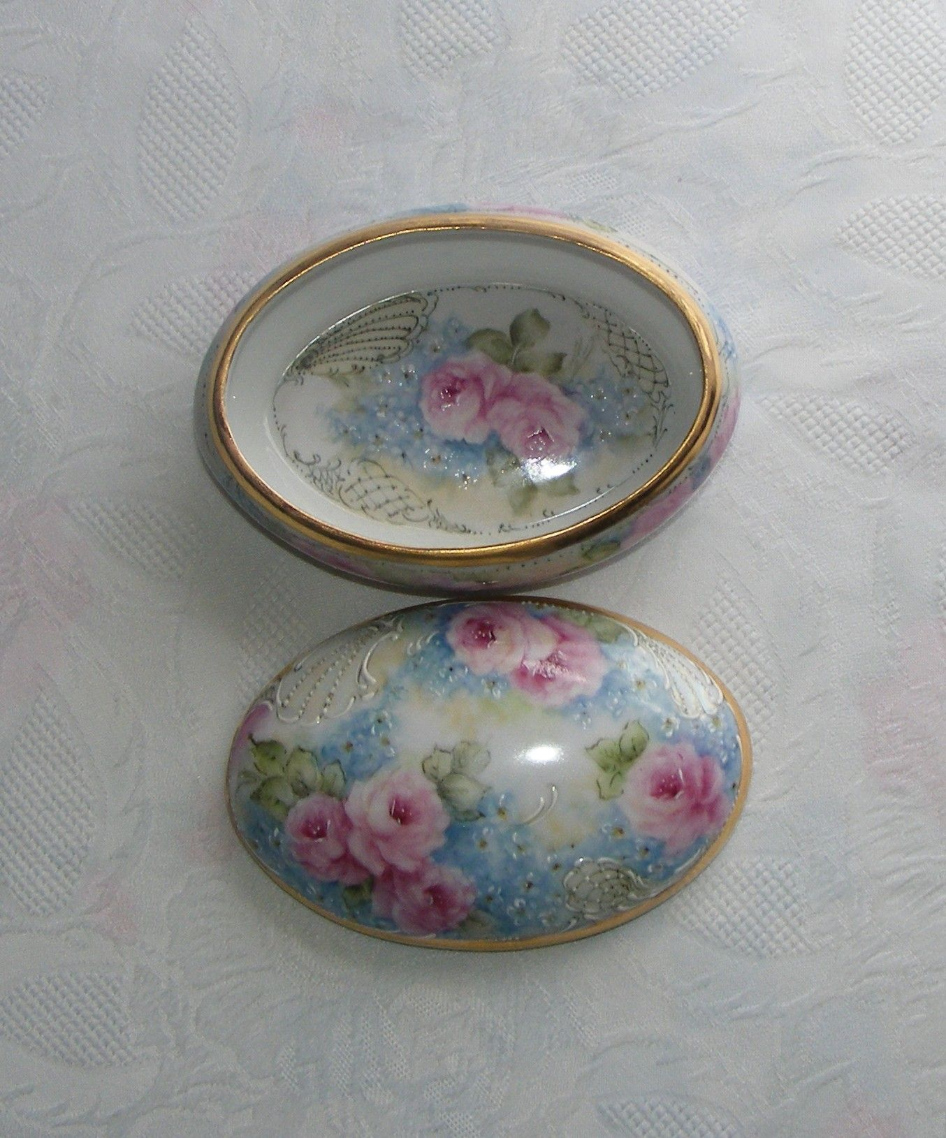 inside oval roses box