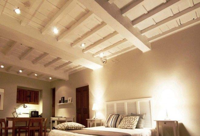 Finte travi in legno bianche pannelli termoisolanti for Illuminazione sottotetto legno