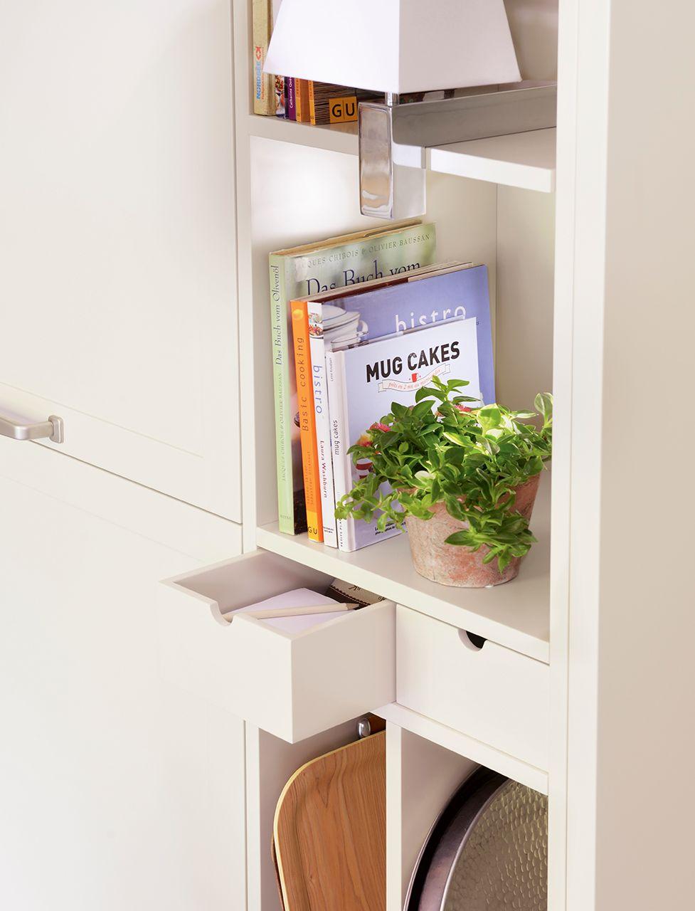 Cajones y baldas en mueble de cocina blanco cocinas for Muebles de cocina anos 80