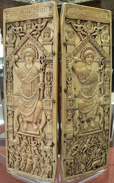 díptico consular de Flavius Anastasius ( S VI, Museo Victoria y Albert, Londres). Estos dípticos se regalaban a los nuevos consules cuando tomaban posesión de su cargo. Se les representa en su trono y con el baston de mando.