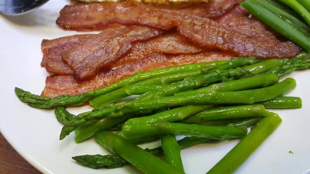 Cooking asparagus - boiled method, with bacon
