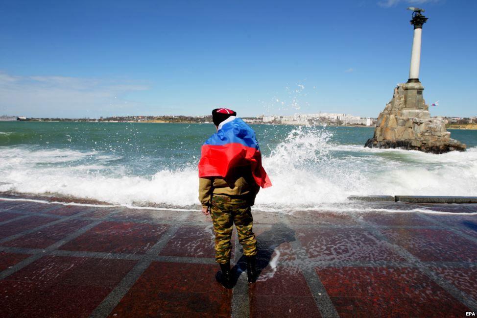 Російський казак на березі Севастопольскої бухти, 17 березня 2014 року