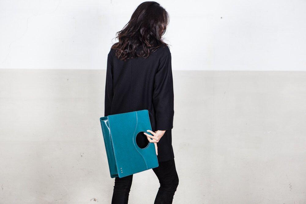 borsa a mano in pelle, borsa color smeraldo, borsa made in Italy, modello Oblò di EscapingFrom su Etsy https://www.etsy.com/it/listing/267777263/borsa-a-mano-in-pelle-borsa-color