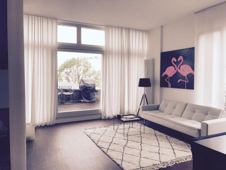 Geräumiges Wohnzimmer mit Flamingo-Bild und hellem Sofa #livingroom