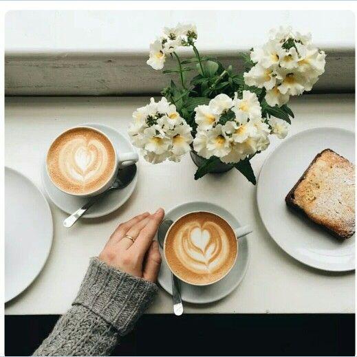 وضعت قهوتي وانتظرت حضور فكرتي حتي أسطر كتاباتي وبعد اول رشفة من فنجان قهوتي شعرت بي تلك الرشفة تداعب افكاري لتخرج ف Coffee Photography Food Coffee Addict