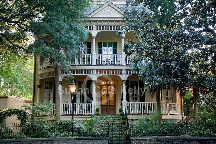 Lovely antebellum homes surround forsyth park in for Historic houses in savannah ga