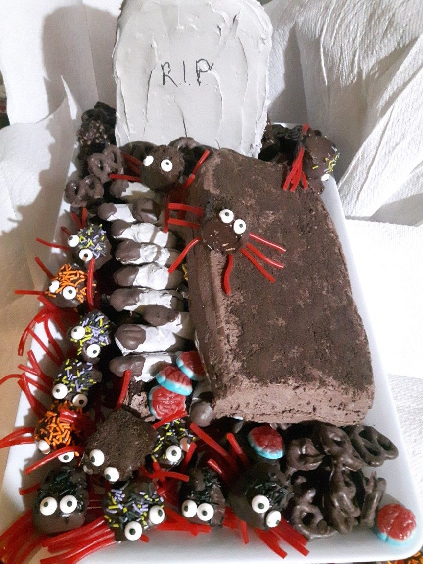 Happy Halloween  brownie coffin stuffed with candy, marshmallow spiders, meringue cookie fingers and merangue cookie headstone #halloweenbrownies