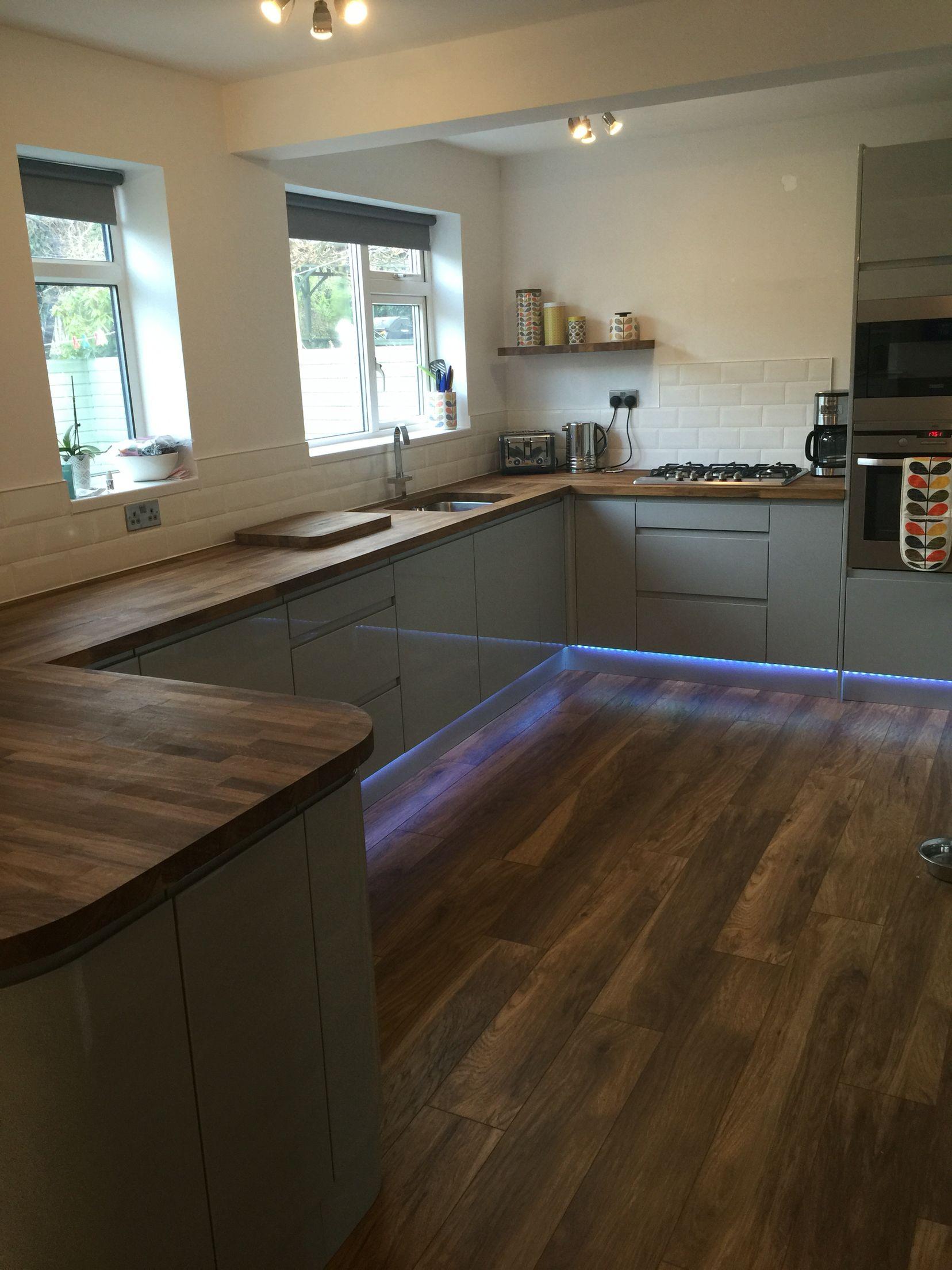Grey Gloss Handless Kitchen With Oak Worktop Industrial Chic Gloss Kitchen Cabinets Grey Gloss Kitchen Kitchen Design