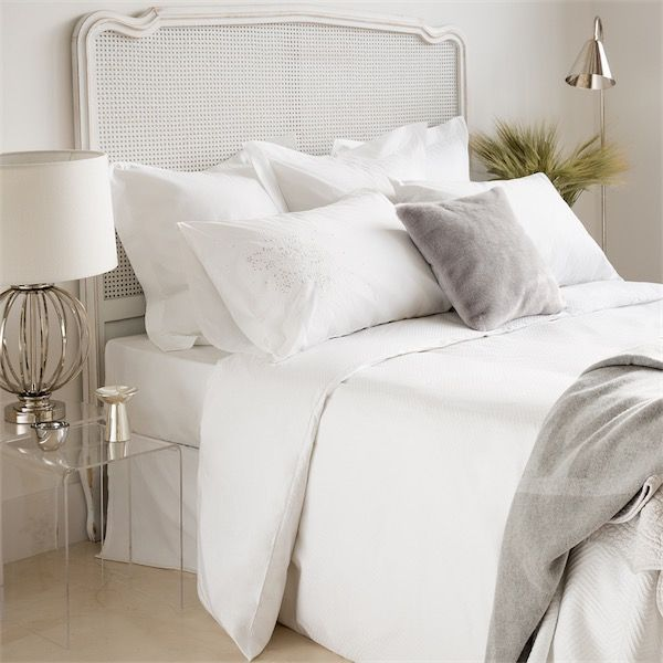 Camas vestidas por completo con s banas blancas de estilo contempor neo de la firma zara home - Camas de forja blancas ...