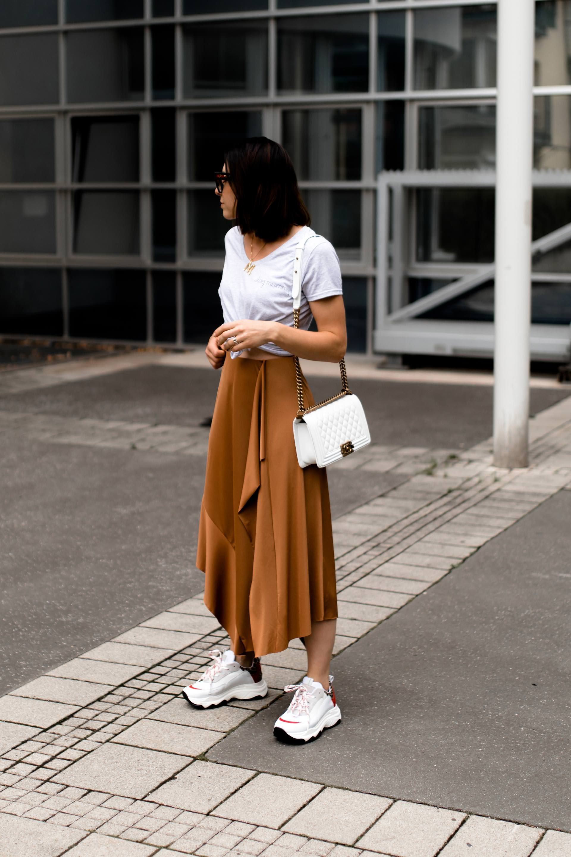 Der Chunky Sneakers Trend: Mein Sommer Outfit mit Midirock ...