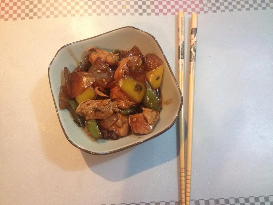 Ingredientes    500g de frango cortado em cubos  1 cebola cortada em pedaços grandes (e soltos a mão)  1 pimentão verde  1 pimentão amare...