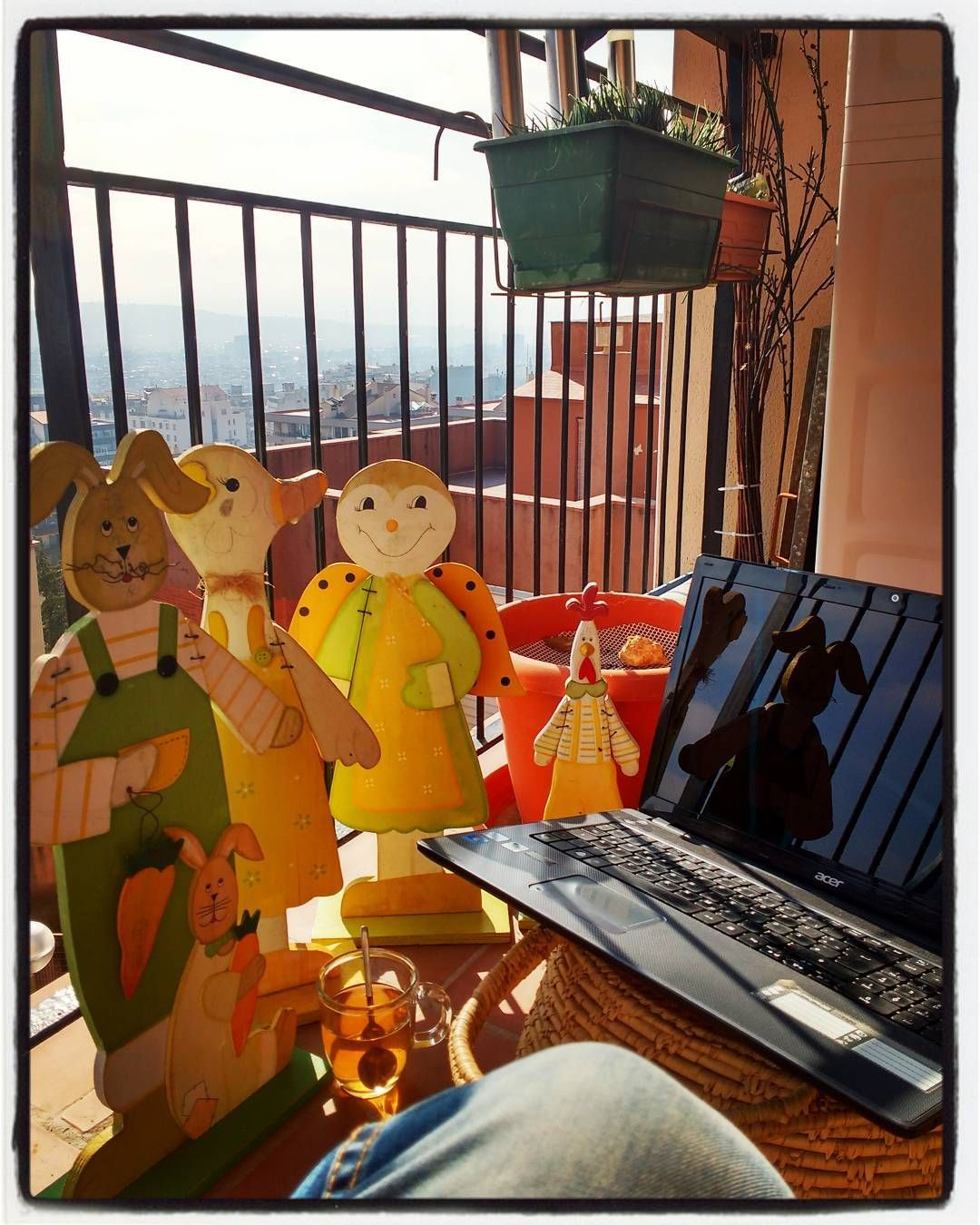 Té de media mañana (con los colegas de palo) aprovechando el sol de invierno...es lo que tiene trabajar en casa a veces (el gato no quiso salir la foto porque le quité su sofá)