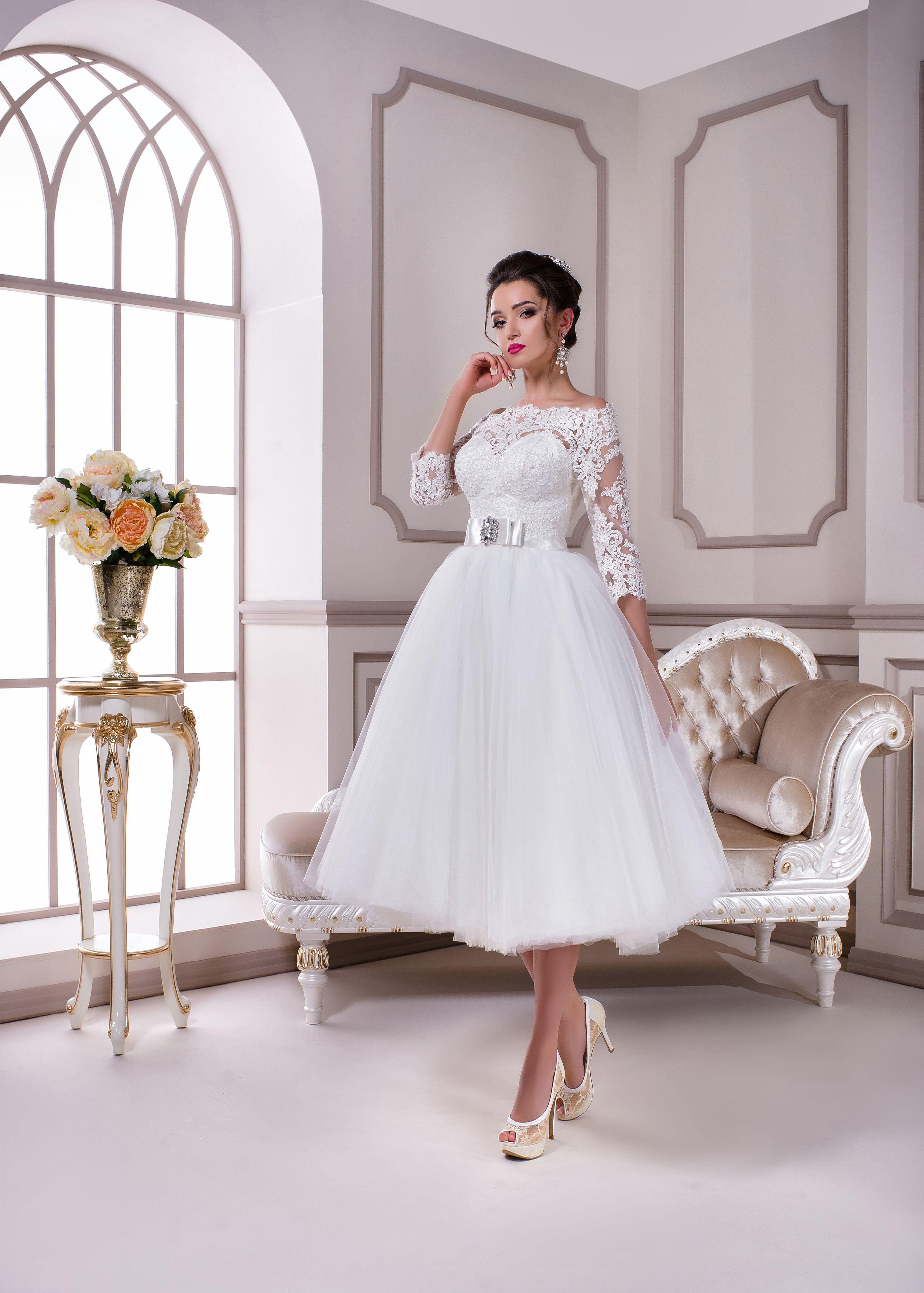577c159a441 Короткое свадебное платье белого цвета. Расшито тонким кружевом шантильи.  Короткий топ с вырезом сердечко