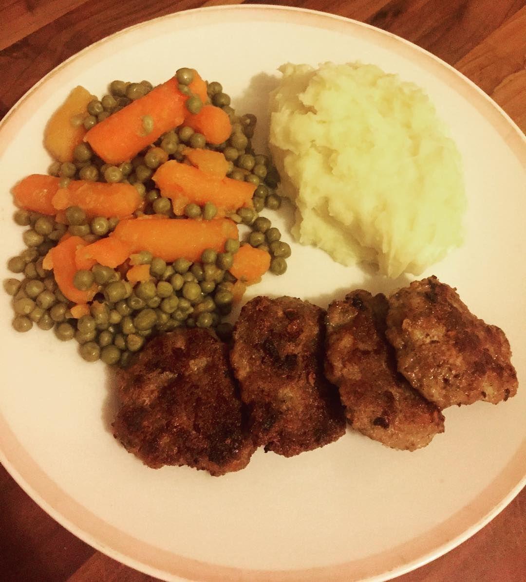 Nom...nom.. Ich habe heute Fleischküchle mit Erbsen/Möhren und dazu etwas Stopfer gekocht. Ich bin den ganzen Tag wieder nicht dazu gekommen etwas zu essen.  Das war heute somit  mein erstes & letztes Essen.   #abendessen #dinner #abnehmen #abnehmen2015 #abnehmtagebuch #diät #diättagebuch #lowcarb #lc #lowcarbhighfat #lowcarbgermany #healthy #gesund #healthyfood #food #foodpics #weightloss #weightlossdiary #weightlossjourney #myweightlossjourney #instahealth #instafood #instaweightloss…