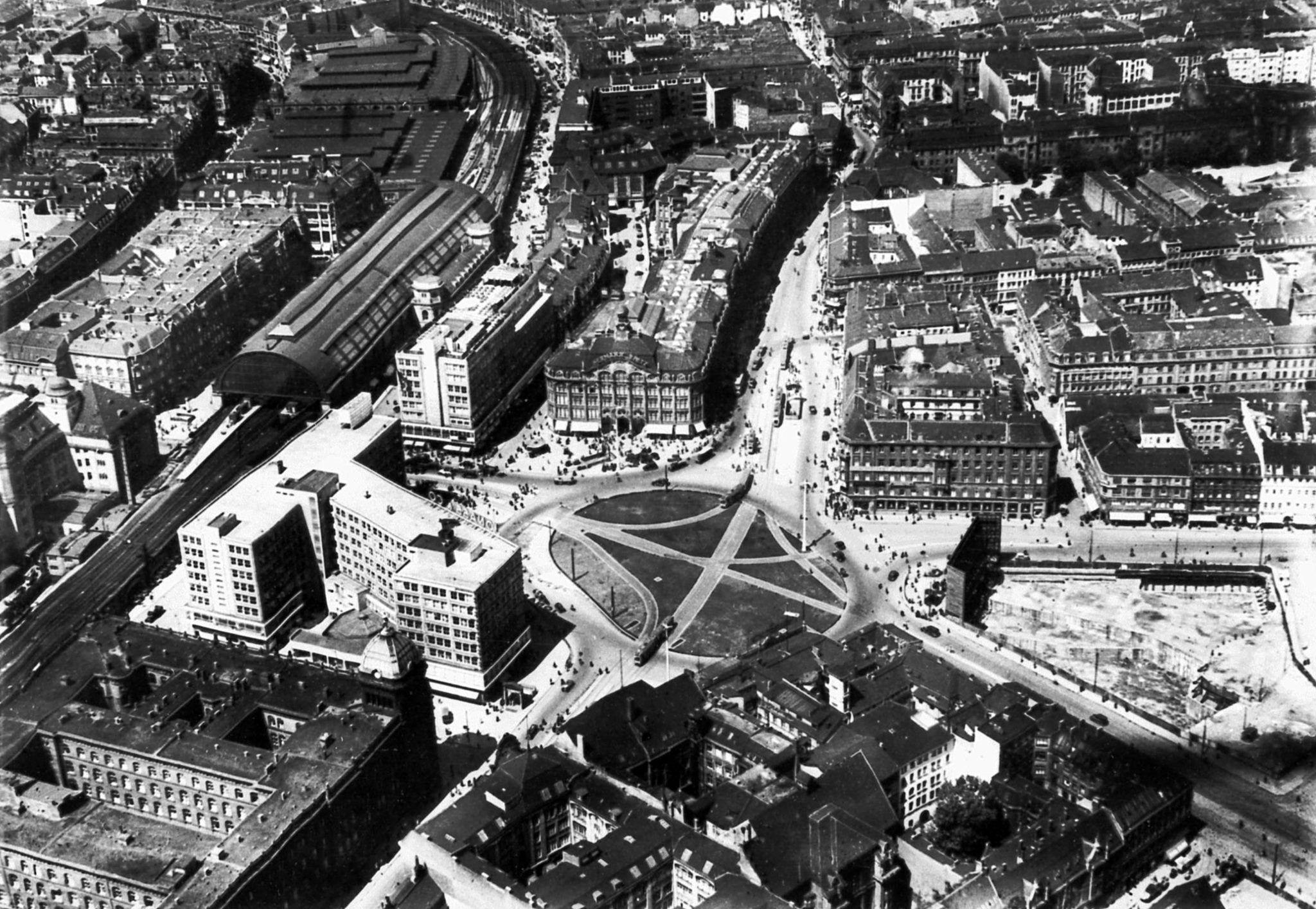 1935 Luftaufnahme Berlin Alexanderplatz Nach Der Umgestaltung Kaserne Ist Oben Rechts Berlin Alexanderplatz Berlin Heute Friedrichstrasse
