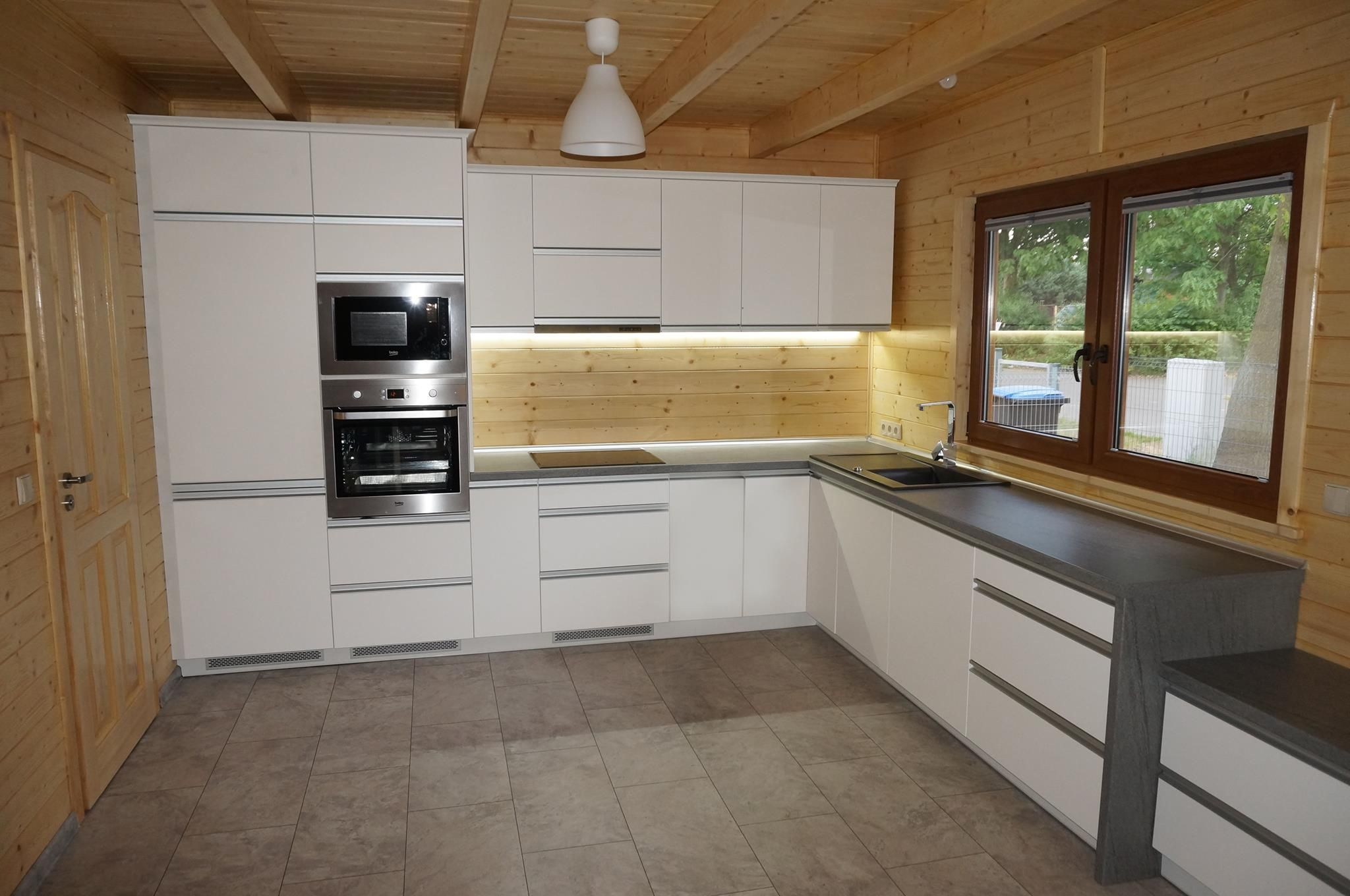 Polaczenie Kuchni Nowoczesnej I Akcentow Retro W Projekcie Wykorzystano Fronty Lakier Bialy Mat Blat Granit Ciemny Uchwy Kitchen Home Decor Kitchen Cabinets