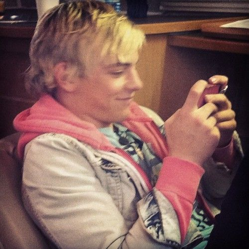 he so cute when he on his phone!!!!!!!!!!! <3