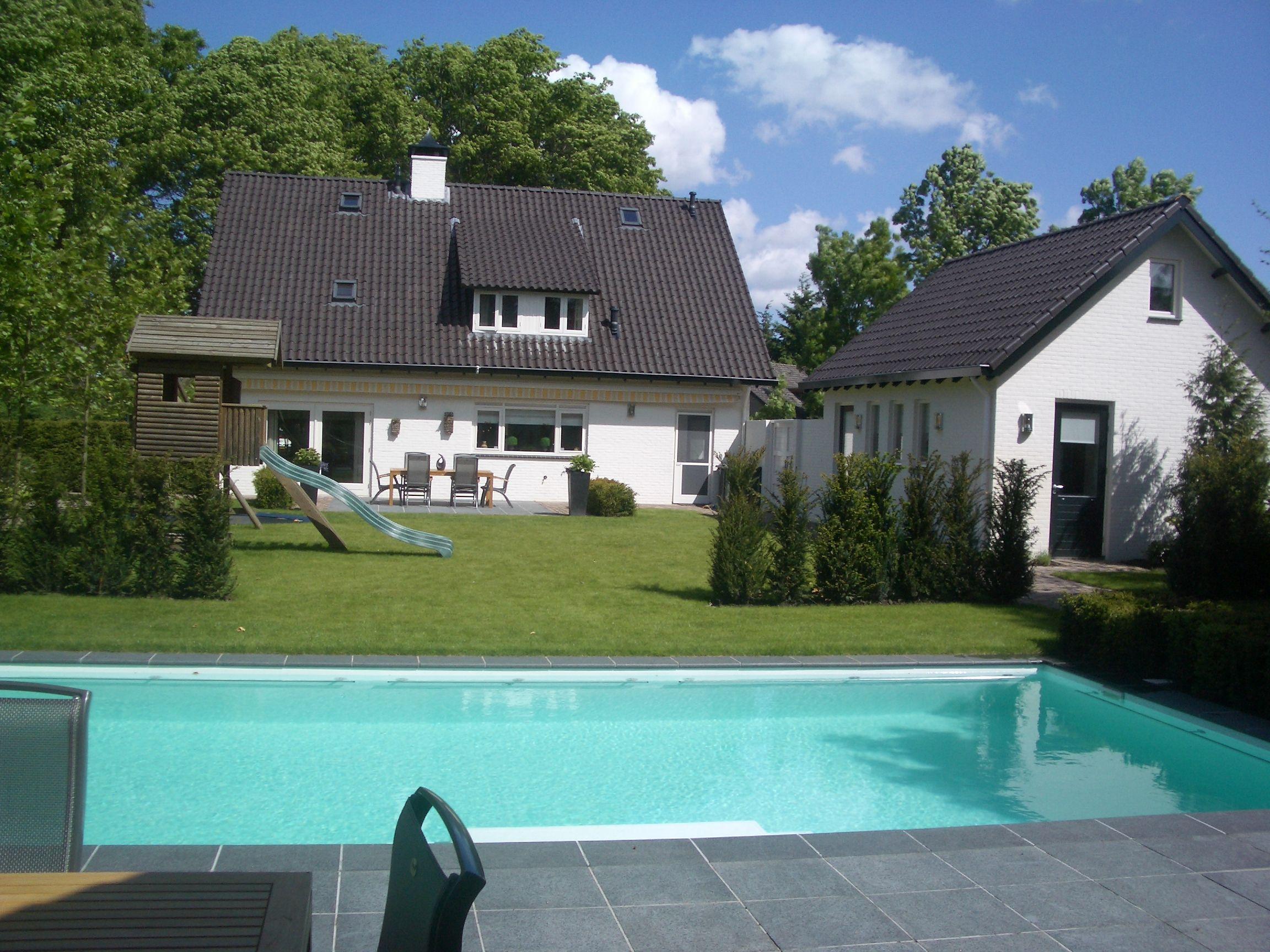 Mooi zwembad in grote tuin met witte folie ook dit for Tuin met zwembad