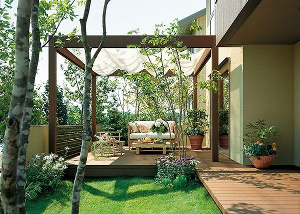 エクステリアデザイン100 笑顔が咲く青空のリビング 裏庭のアイデア