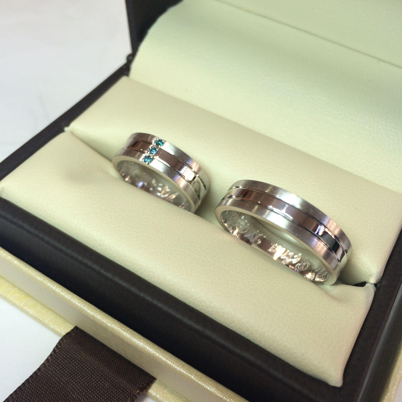 8c931340dc99 Argollas en oro blanco de 18 kilates y diamantes azules  www.elbrillantejoyeria.com.co