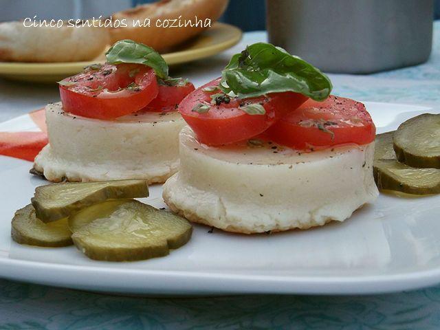 Cinco sentidos na cozinha: Queijo de ovelha na grelha com tomate, orégãos e m...