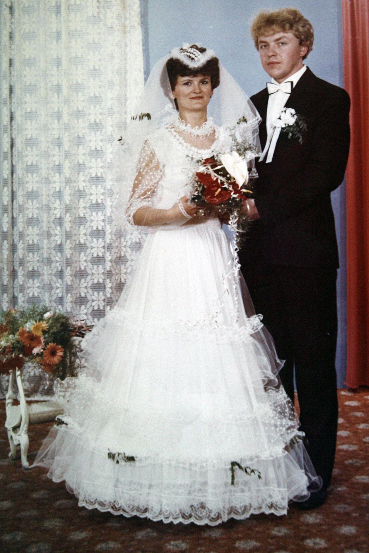 Poznajecie To Zbigniew Chlebowski Na Slubnym Kobiercu Z Zona Jolanta Flower Girl Dresses Flower Girl Wedding Dresses