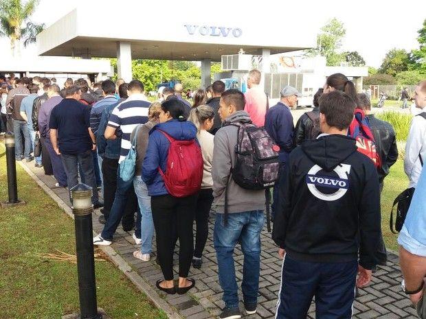Metalúrgicos da Volvo em Curitiba encerram greve - http://anoticiadodia.com/metalurgicos-da-volvo-em-curitiba-encerram-greve/