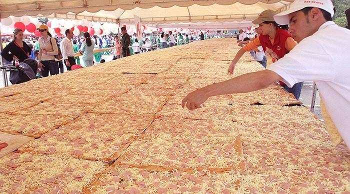 La Pizza Más Grande Del Mundo Fue Hecha En Colombia Y Medía 192 Metros Cuadrados Landmarks Louvre Building